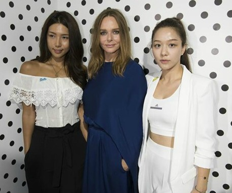Fashion designer Stella McCartney (center) with two of her models in Tokyo.